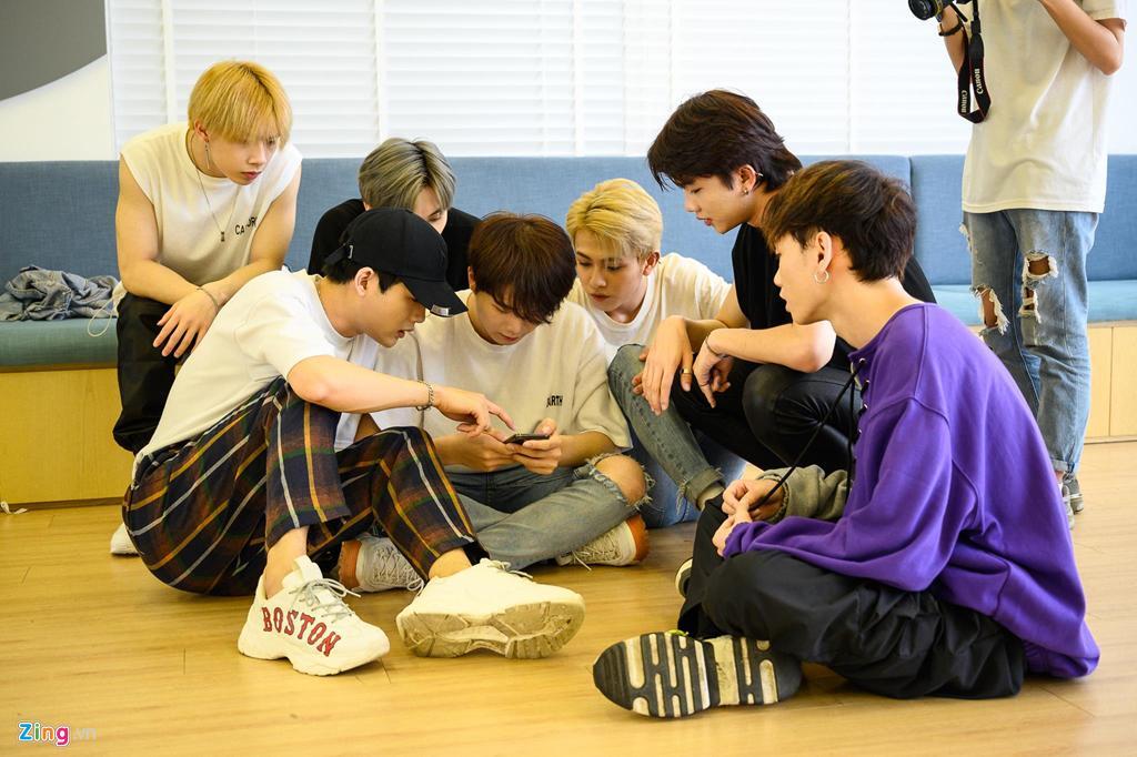 7 chàng trai Việt luyện tập 16 giờ mỗi ngày tại Hàn Quốc để làm ca sĩ-3