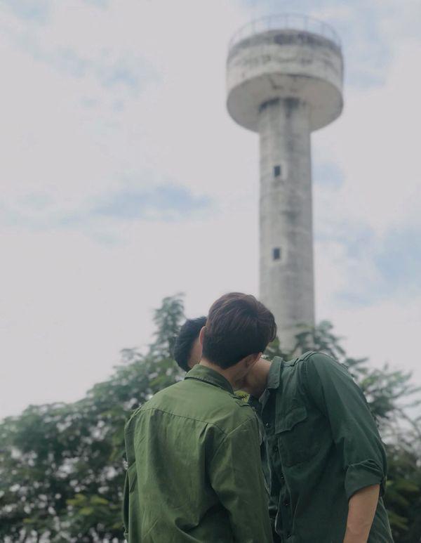 Công khai hôn nhau giữa sân trường, cặp đồng tính nam nhận về phản ứng bất ngờ từ bạn bè-1