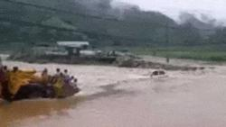 Clip: Thót tim nhìn ô tô cố băng qua dòng nước lũ chảy xiết bị cuốn trôi, tài xế thoát nạn trong gang tấc