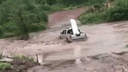 Clip: Mặc dòng nước lũ đang chảy xiết, tài xế vẫn cố lái xe băng qua và cái kết...