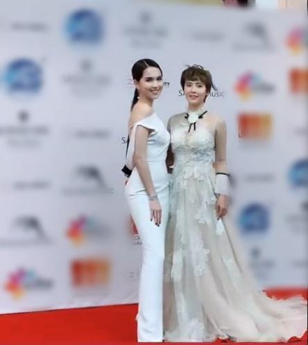 Chụp chung khung hình với Ngọc Trinh, Huyền Lizzie lạc quẻ mất điểm - Goo Hye Sun mặc áo chống nắng lên thảm đỏ-1