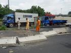 Dừng xe tải đi vệ sinh, tài xế tránh được thùng hàng container đè người