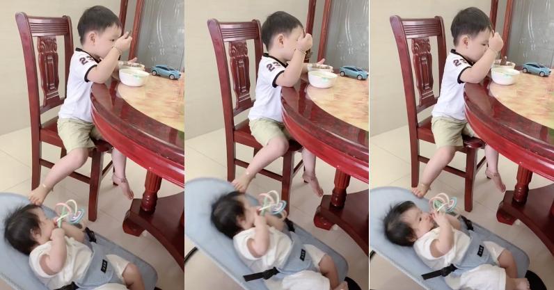 Clip: Trời đánh tránh miếng ăn nhưng cậu bé này đang ăn vẫn phải trông em và đây là cách khiến ai cũng phì cười-1