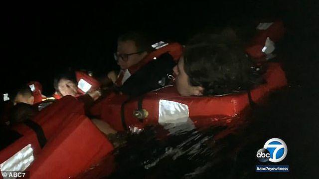 Giây phút sinh tử khách liều mình nhảy xuống biển có cá mập-1