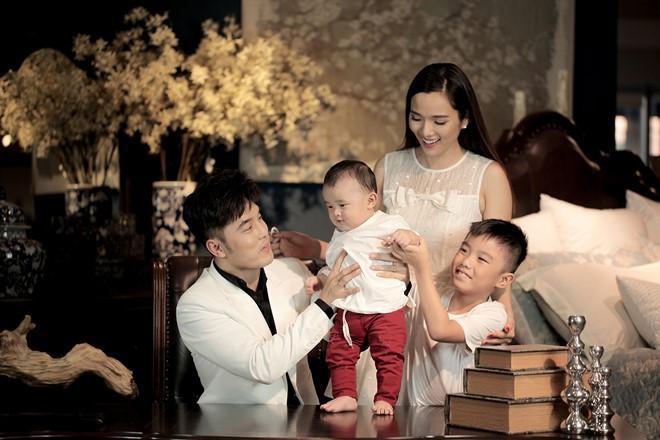 Là bố dượng nhưng Ưng Hoàng Phúc và chồng trẻ Lê Phương được khen hết lời vì cách họ yêu thương con riêng của vợ-4