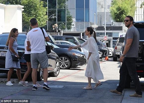 Angelina Jolie mỏng manh đến mức như sắp bị gió thổi bay-2