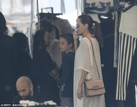 Angelina Jolie mỏng manh đến mức như sắp bị gió thổi bay-3