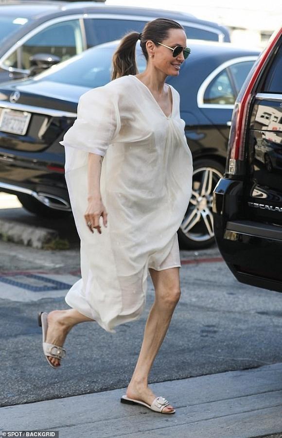 Angelina Jolie mỏng manh đến mức như sắp bị gió thổi bay-4