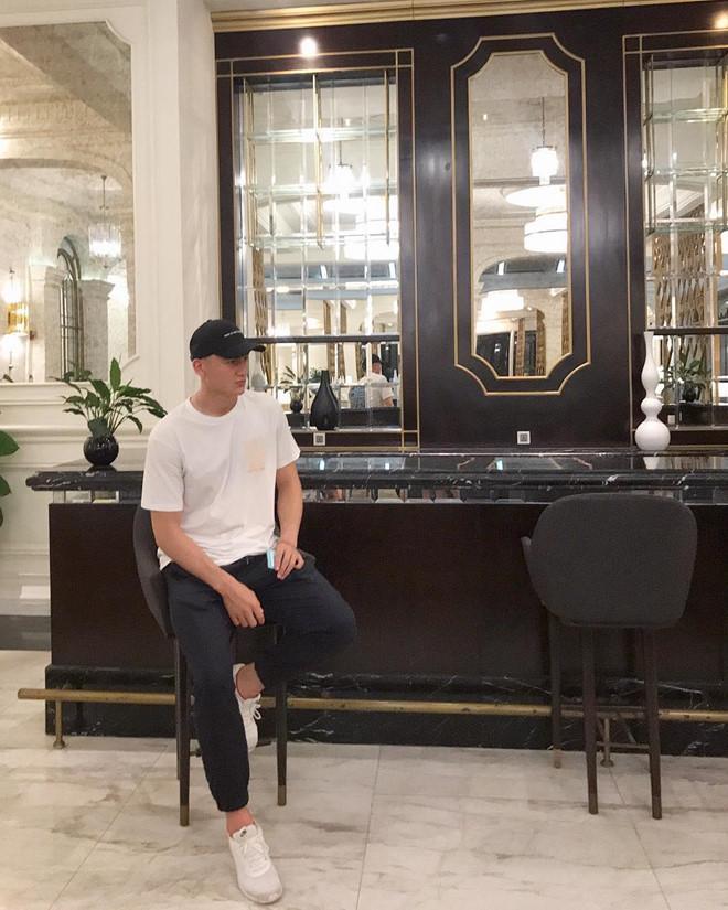 Thủ môn Đặng Văn Lâm bị trêu chọc vì đăng ảnh mặc quần rách tả tơi-3