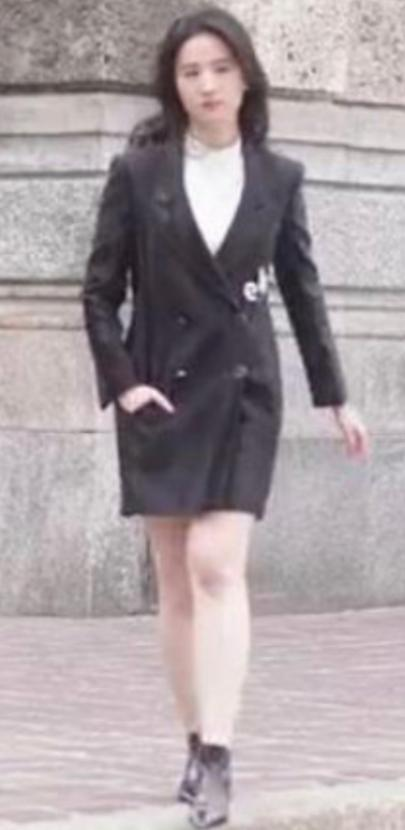 Lưu Diệc Phi bị soi chân thô, người mũm mĩm trong những hình ảnh chưa qua photoshop-2
