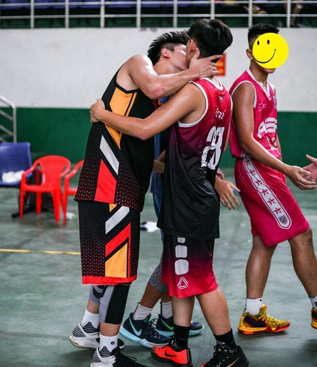 Công khai hôn nhau trên sân thi đấu, hai chàng vận động viên bóng rổ khiến hội fans nữ chết lặng-1