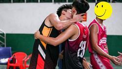 Công khai hôn nhau trên sân thi đấu, hai chàng vận động viên bóng rổ khiến hội fans nữ 'chết lặng'
