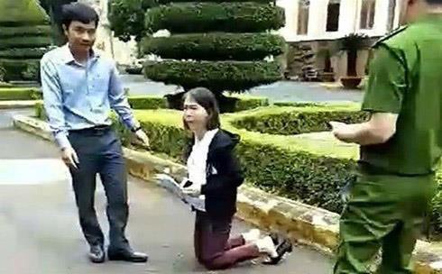 Nữ giáo viên quỳ trước UBND tỉnh để nộp đơn xin tiếp dân-1