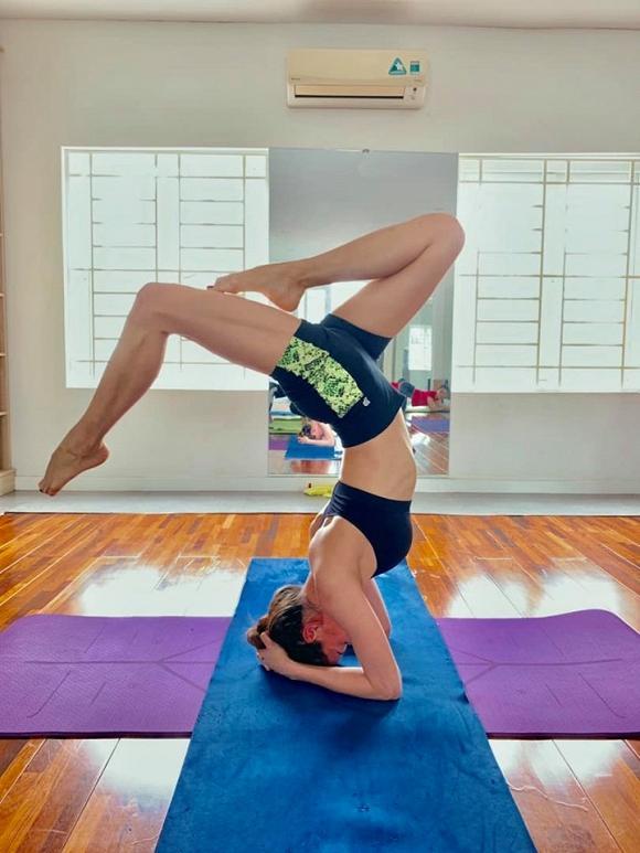 Khoe thân hình săn chắc với tư thế yoga cực đỉnh, Hà Hồ tiết lộ bí quyết trẻ mãi không già-1