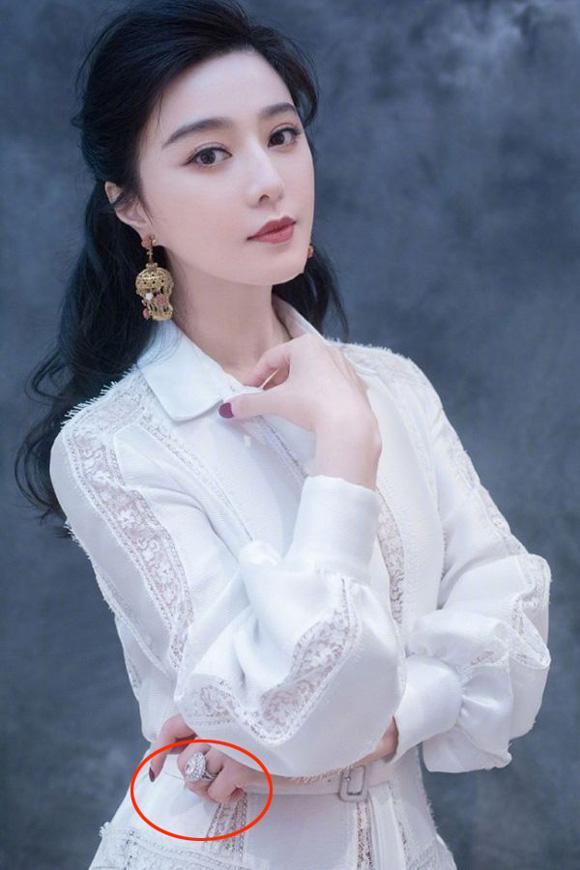 Sau khi chia tay Lý Thần, Phạm Băng Băng chơi trội khi lần lượt đeo 5 chiếc nhẫn kim cương khủng khác nhau trên ngón áp út-3