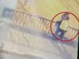 Thân mật chốn công cộng, cặp đôi chết thảm vì 'chuyện tình lan can'