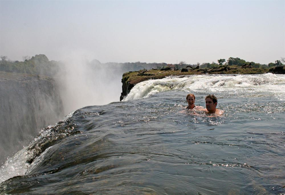 Bể bơi của Quỷ dữ trên đỉnh thác nước nguy hiểm nhất thế giới-2