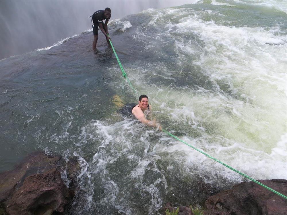 Bể bơi của Quỷ dữ trên đỉnh thác nước nguy hiểm nhất thế giới-3