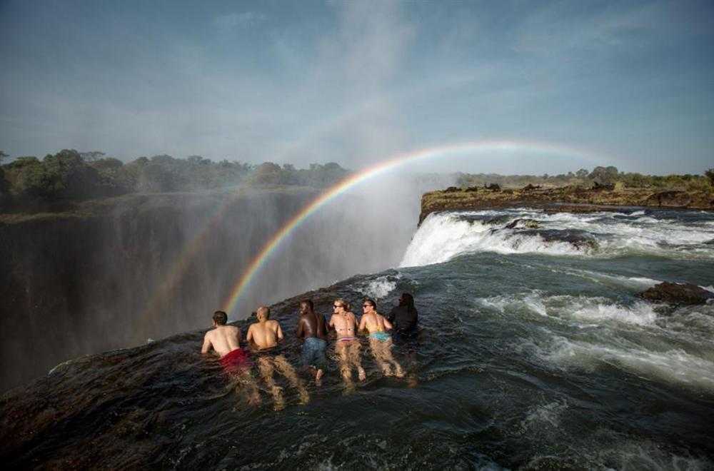 Bể bơi của Quỷ dữ trên đỉnh thác nước nguy hiểm nhất thế giới-5