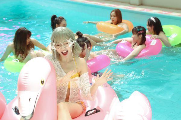 Hari Won khiến fan choáng khi lần đầu diện bikini trễ nải quay MV-1