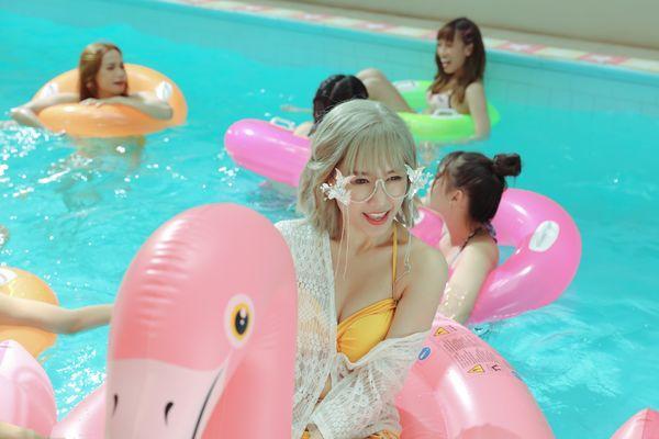 Hari Won khiến fan choáng khi lần đầu diện bikini trễ nải quay MV-8