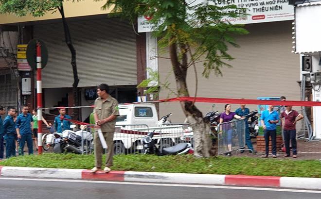 Hà Nội: Cây bất ngờ đổ trên đường Trần Đăng Ninh khiến 1 người tử vong-1