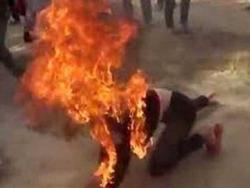 Con khóc nhiều, chồng đổ xăng đốt vợ trong đêm