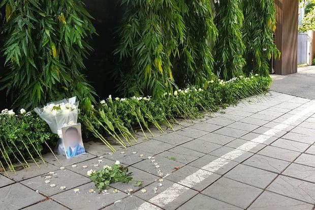 Hàng trăm bông hoa trắng đặt trước cổng trường Gateway tưởng nhớ bé trai 6 tuổi tử vong vì bị bỏ quên trên xe bus-1