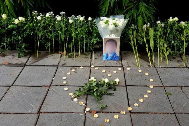 Hàng trăm bông hoa trắng đặt trước cổng trường Gateway tưởng nhớ bé trai 6 tuổi tử vong vì bị bỏ quên trên xe bus-3