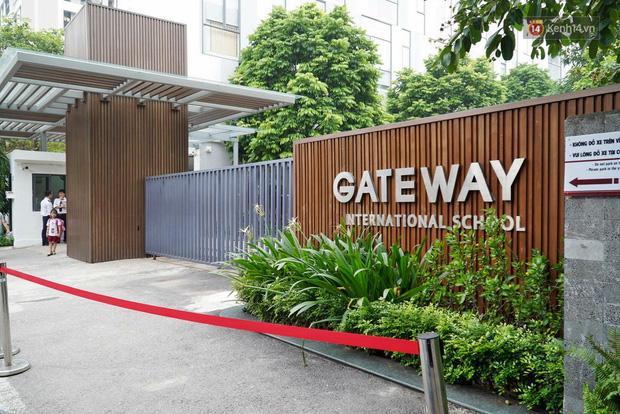 Hàng trăm bông hoa trắng đặt trước cổng trường Gateway tưởng nhớ bé trai 6 tuổi tử vong vì bị bỏ quên trên xe bus-8