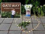 Hàng trăm bông hoa trắng đặt trước cổng trường Gateway tưởng nhớ bé trai 6 tuổi tử vong vì bị bỏ quên trên xe bus