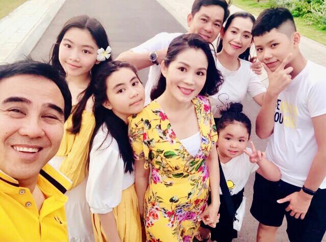 Cứ tưởng xuề xòa nhưng hóa ra gia đình MC Quyền Linh có nguyên tắc về quần áo khi đi du lịch hẳn hoi!-5