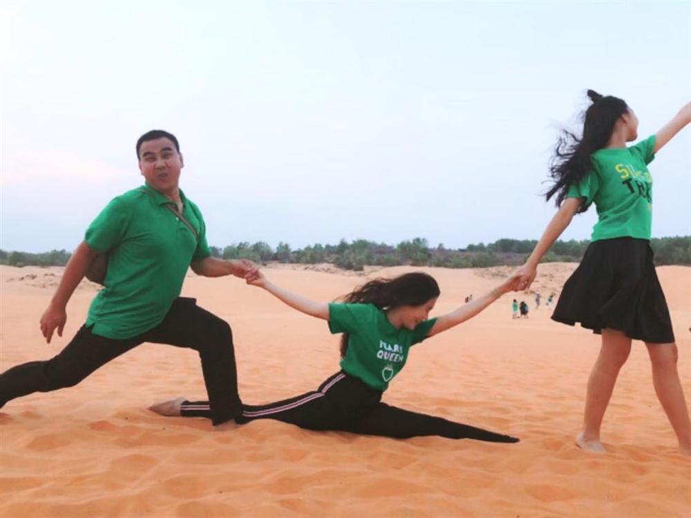 Cứ tưởng xuề xòa nhưng hóa ra gia đình MC Quyền Linh có nguyên tắc về quần áo khi đi du lịch hẳn hoi!-8