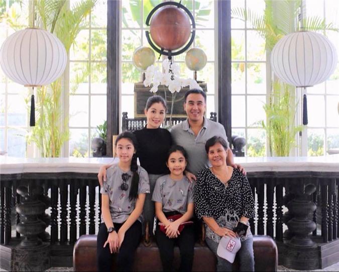 Cứ tưởng xuề xòa nhưng hóa ra gia đình MC Quyền Linh có nguyên tắc về quần áo khi đi du lịch hẳn hoi!-14
