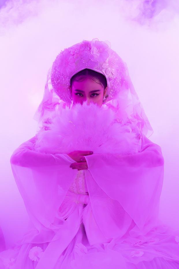 Ý nghĩa bộ hầu đồng trắng Hoàng Thuỳ Linh mặc trong MV Tứ Phủ-1