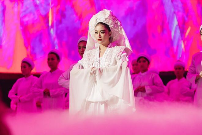 Ý nghĩa bộ hầu đồng trắng Hoàng Thuỳ Linh mặc trong MV Tứ Phủ-2