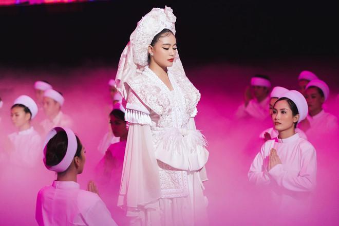 Ý nghĩa bộ hầu đồng trắng Hoàng Thuỳ Linh mặc trong MV Tứ Phủ-3