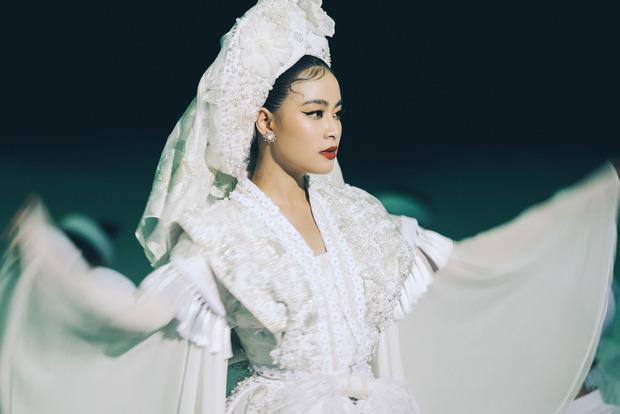 Ý nghĩa bộ hầu đồng trắng Hoàng Thuỳ Linh mặc trong MV Tứ Phủ-4