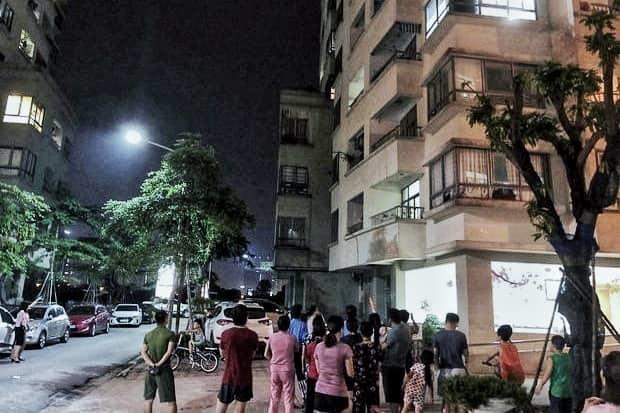 Bà nội trèo ban công tầng 16 chung cư Hà Nội sang với cháu, trượt chân rơi tử vong-1