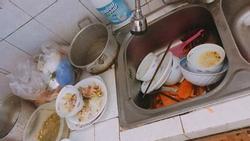 Căn bếp ngập ngụa bát bẩn, thức ăn thừa 'phần' nàng dâu đi làm về dọn và bí mật kinh hoàng phía sau