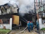 Đang cháy cực lớn kèm nhiều tiếng nổ tại nhà máy bóng đèn phích nước Rạng Đông, hàng chục công nhân lao vào cứu hàng-7
