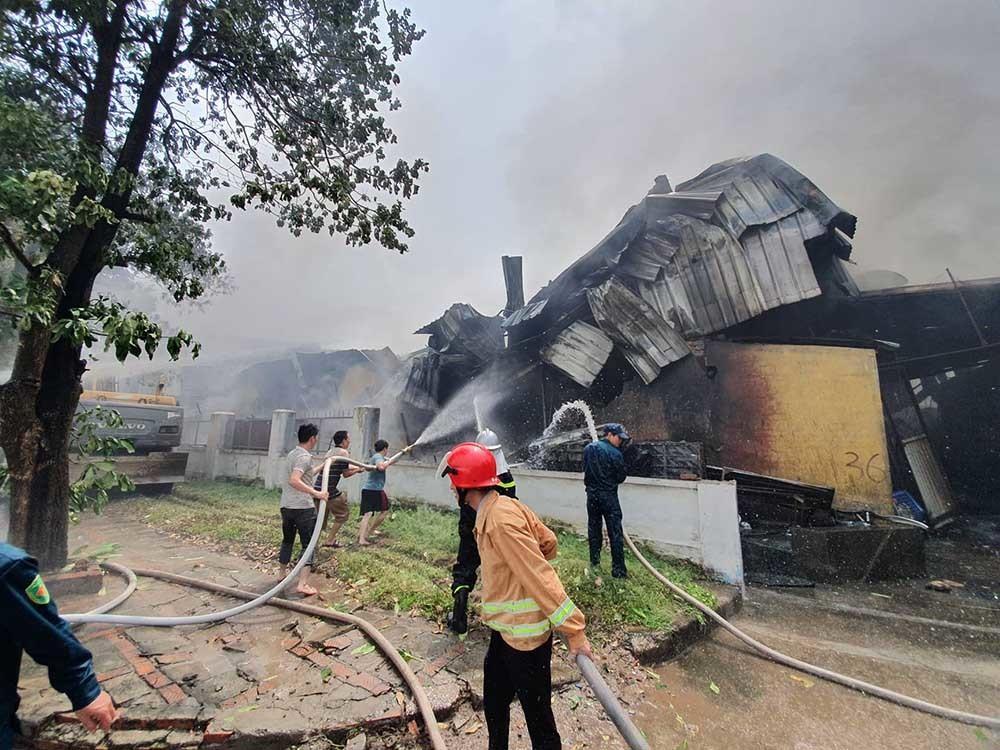 Cháy lớn gần siêu thị Aeon Mall Long Biên-9