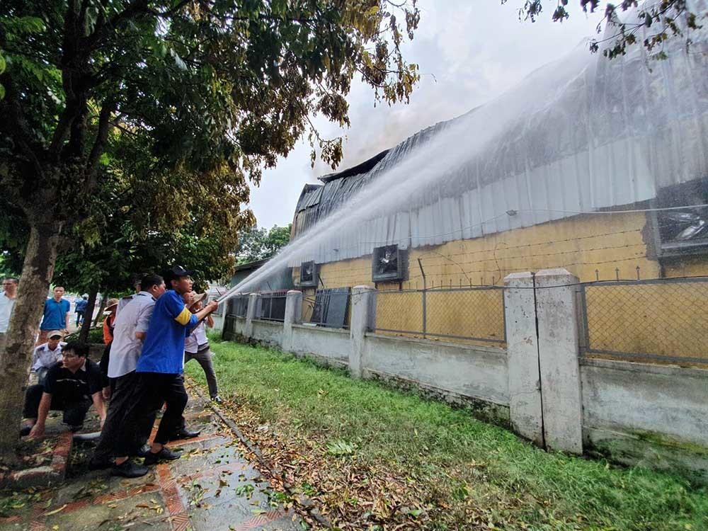 Cháy lớn gần siêu thị Aeon Mall Long Biên-10
