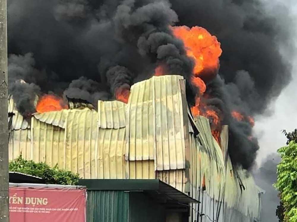 Cháy lớn gần siêu thị Aeon Mall Long Biên-1