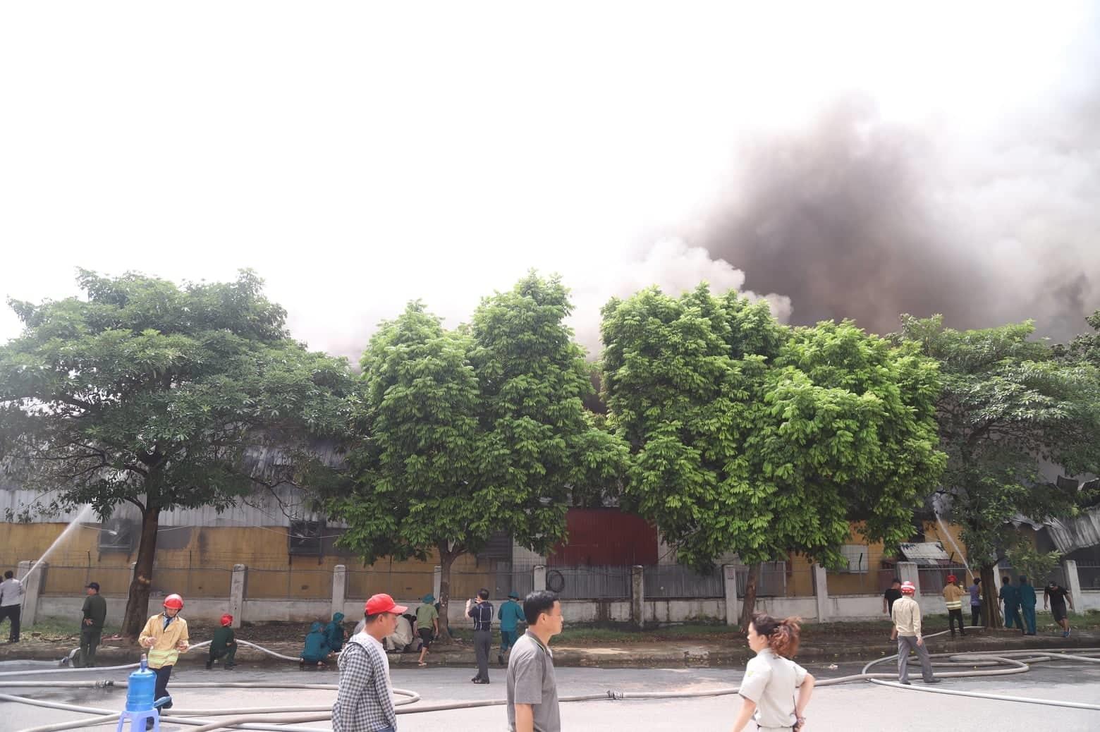 Cháy lớn gần siêu thị Aeon Mall Long Biên-8