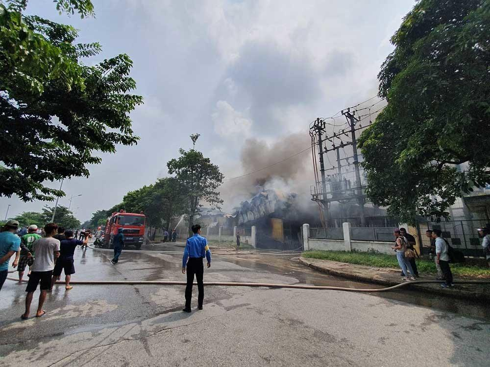 Cháy lớn gần siêu thị Aeon Mall Long Biên-11
