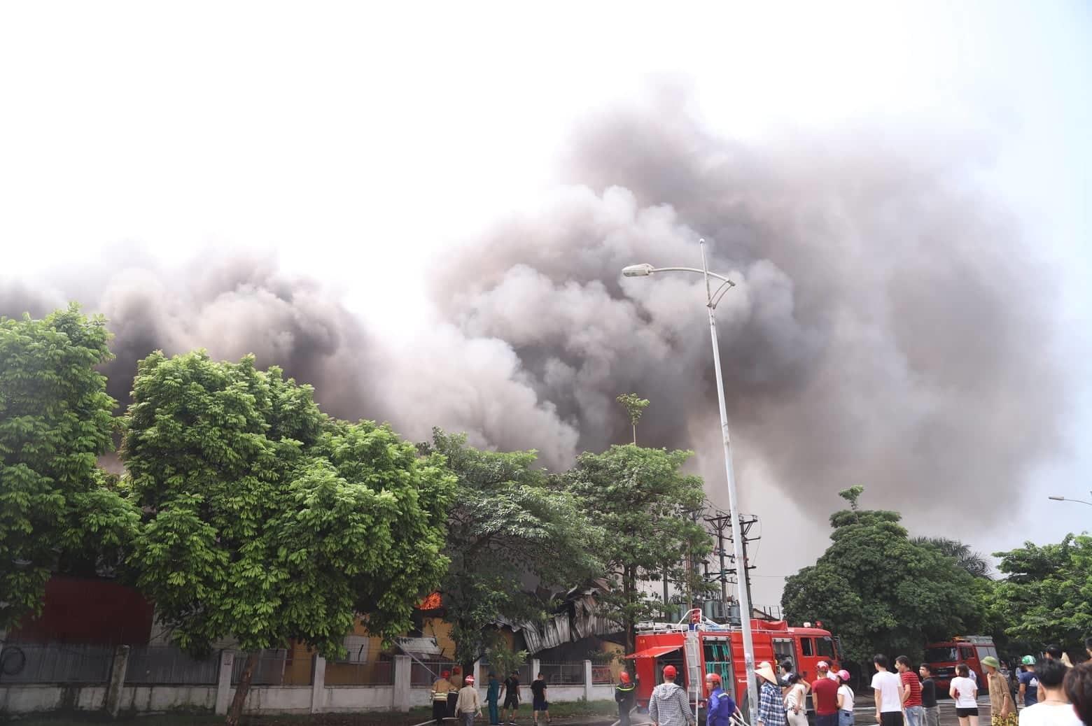 Cháy lớn gần siêu thị Aeon Mall Long Biên-7