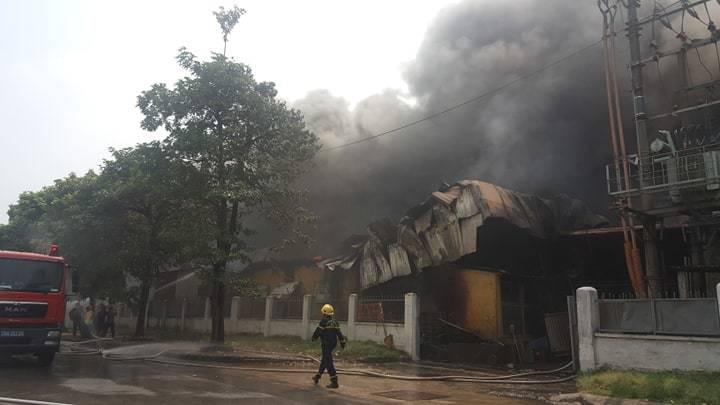 Cháy lớn gần siêu thị Aeon Mall Long Biên-6
