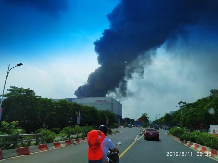 Cháy lớn gần siêu thị Aeon Mall Long Biên-4