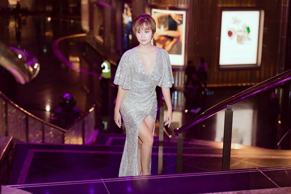 SAO MẶC ĐẸP: Đỗ Mỹ Linh - Tiểu Vy hóa chị em song sinh với đầm công chúa - Ngọc Trinh khoe body đẹp như tạc-2